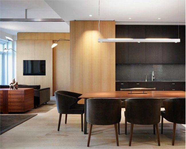 Гостиная отделена от кухни-столовой напольным ковровым покрытием