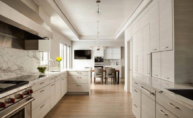 В узкой кухне обеденную зону можно расположить в удаленной части помещения
