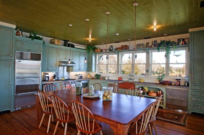 Хорошее естественное и искусственное освещение позволит чувствовать себя комфортно в просторной кухне