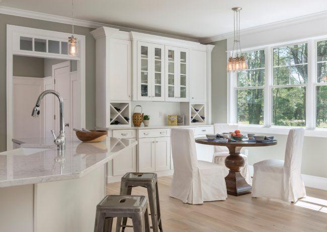 Красивый массивный стол, выделяет обеденную зону в кухне, совмещенной со столовой