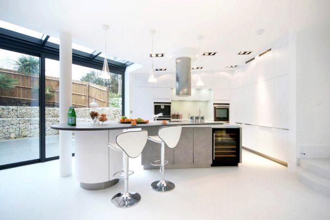 Просторная кухня-столовая с добротным освещением, в стиле хай тек