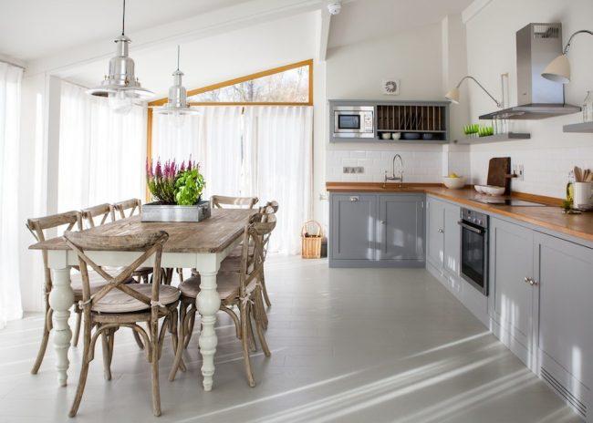 Кухня-столовая в частном доме: легкий тюль подчеркнет воздушность деревенского прованса