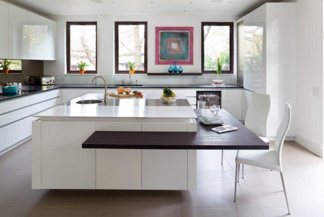Утонченный контрастный модерн в кухне-столовой частного дома