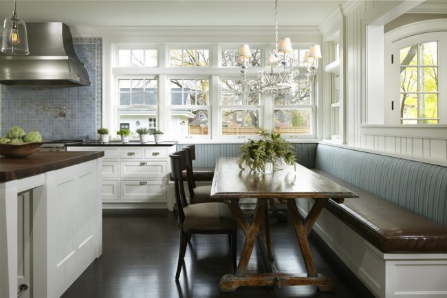 Мягкий уголок, как продолжение кухонного гарнитура, станет отличной обеденной зоной