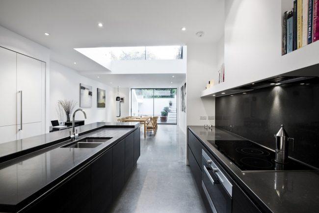 """В узкой кухне обеденную зону можно оборудовать в конце """"коридора"""""""