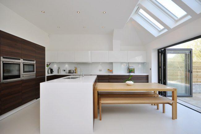 Квадратная кухня-столовая в контрастных тонах
