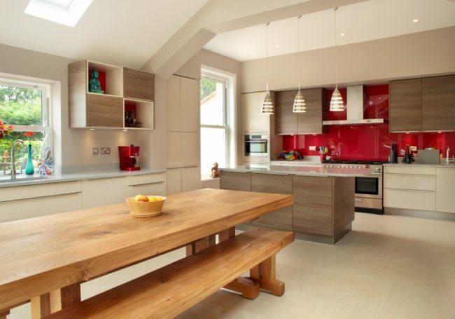 Светлые стены прекрасно сочетаются с кухней их дерева светлых пород