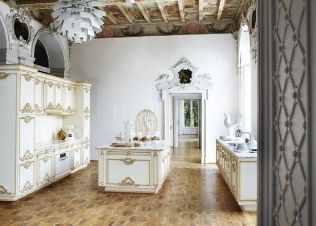 Роскошный гарнитур белого цвета с золотыми элементами в стиле барокко