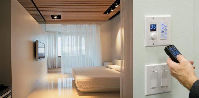 Электронный климат контроль на пульте управления в современной квартире