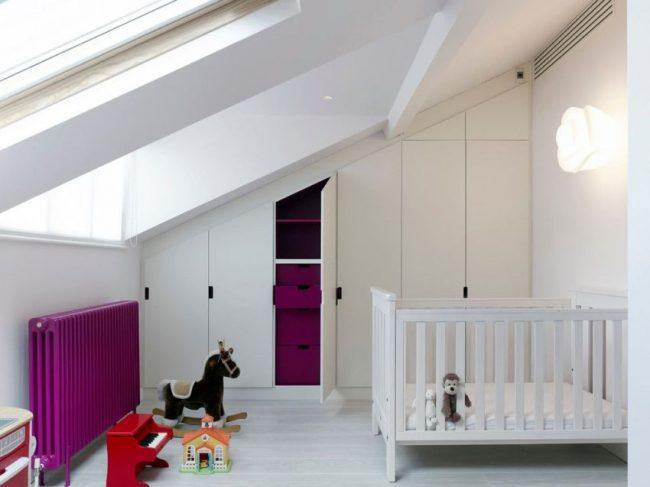 Классический радиатор в небольшой детской комнате