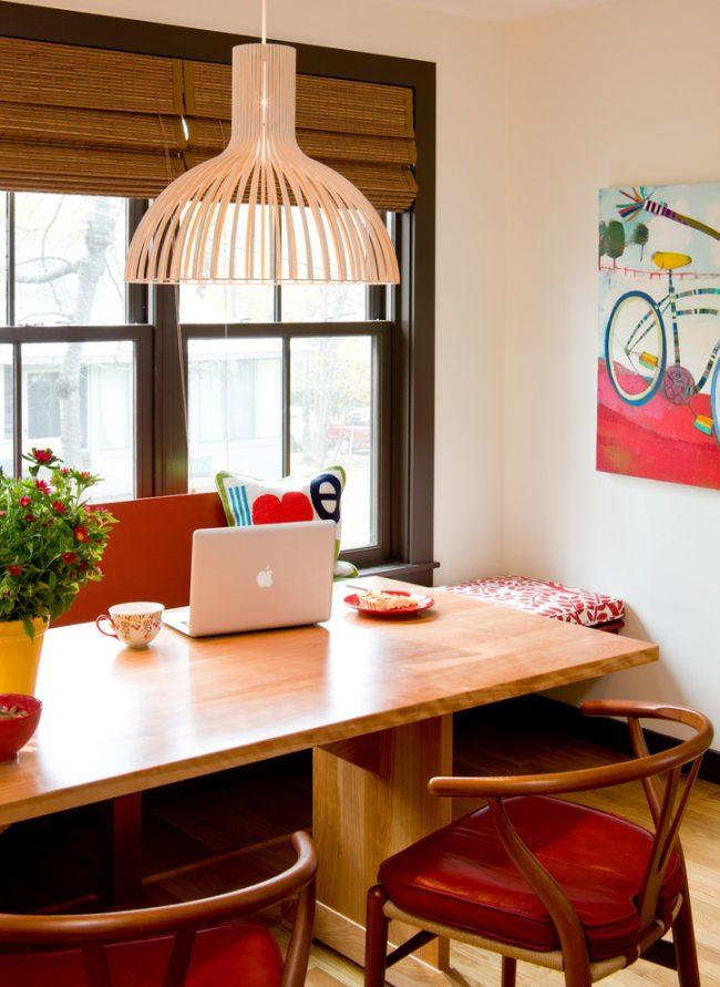 Сочетание миланского ореха с красным в интерьере столовой зоны