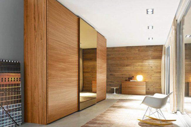 Красивый массивный шкаф из миланского ореха