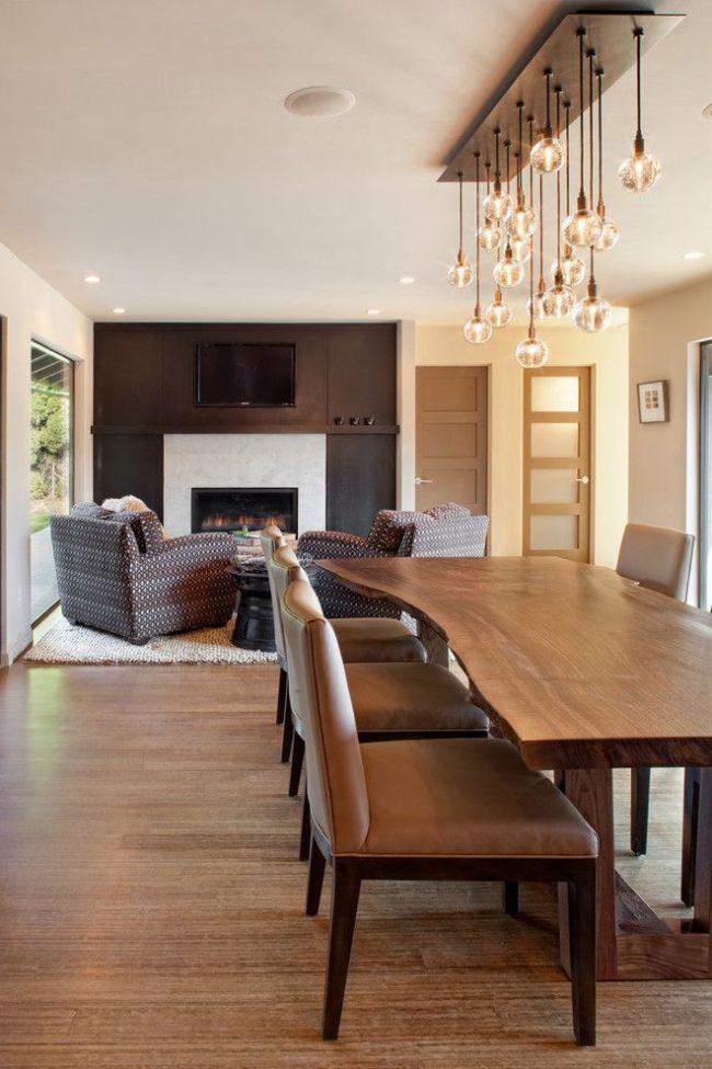 Необычный обеденный стол в классическом интерьере гостиной комнаты