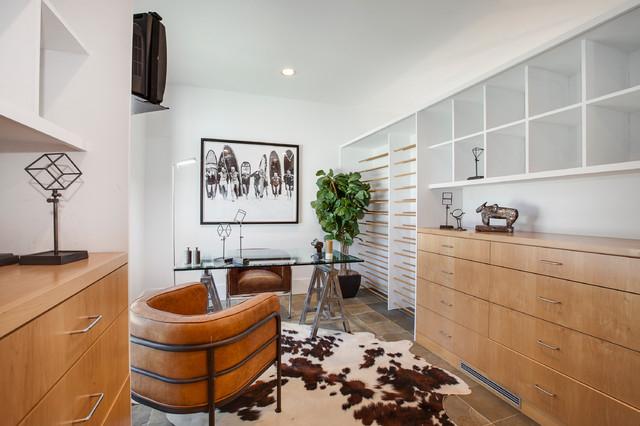 Сочетание белого со светлым орехом в интерьере домашнего офиса