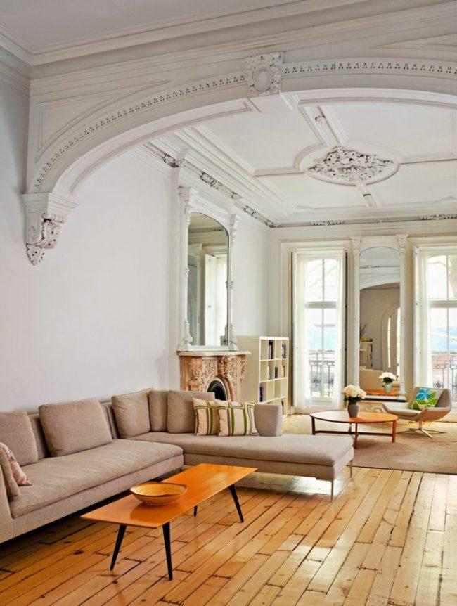 Светлая гостиная в классическом стиле с элементами мебели из ореха