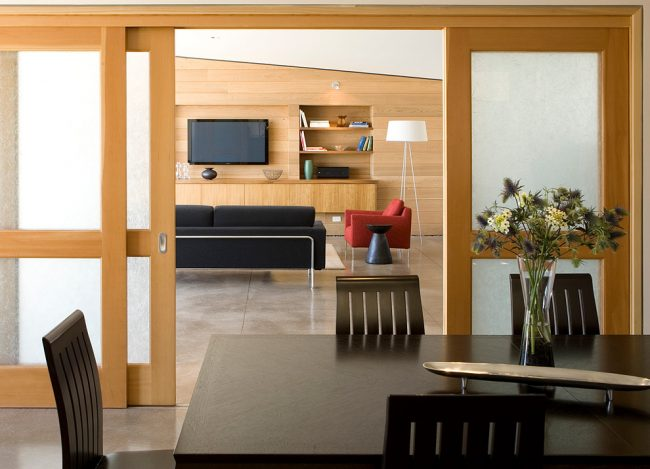 Орех используют как в отделке, так и в изготовлении мебельного гарнитура и дверей