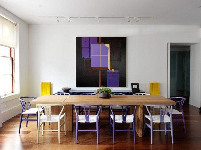Нежное и оригинальное сочетание сиреневого со светлым деревянным столом