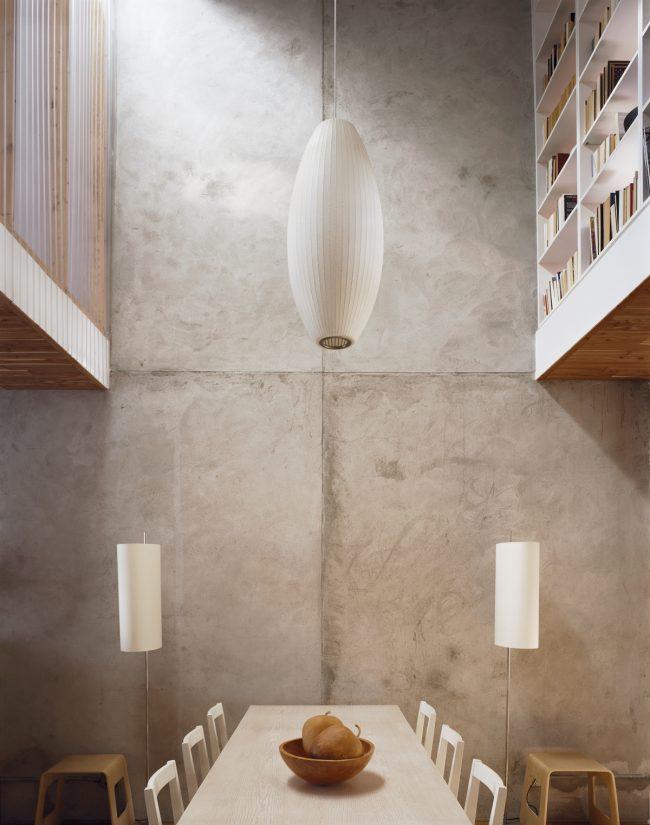 Обои под бетон можно смело использовать для оформления обеденной зоны. Отлично дополнит этот интерьер деревянная мебель
