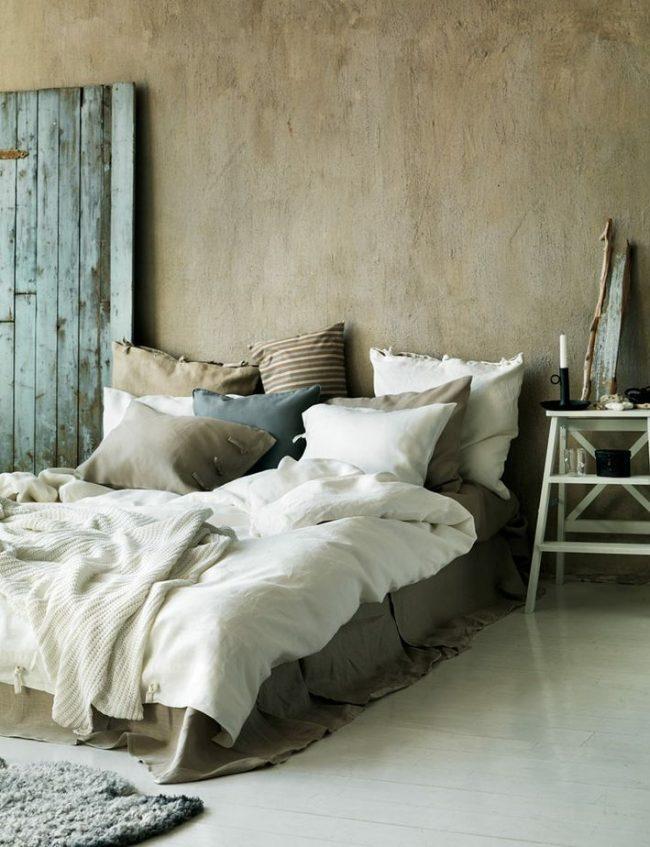 Теплая и очень уютная спальня, оформлена в винтажном стиле. Обои под бетон, отлично подчеркивают настроение комнаты