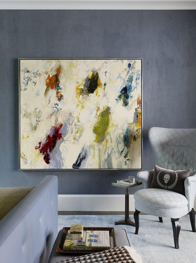 Также очень гармонично будет выглядеть большое полотно с абстрактным рисунком в якрой цветовой гамме