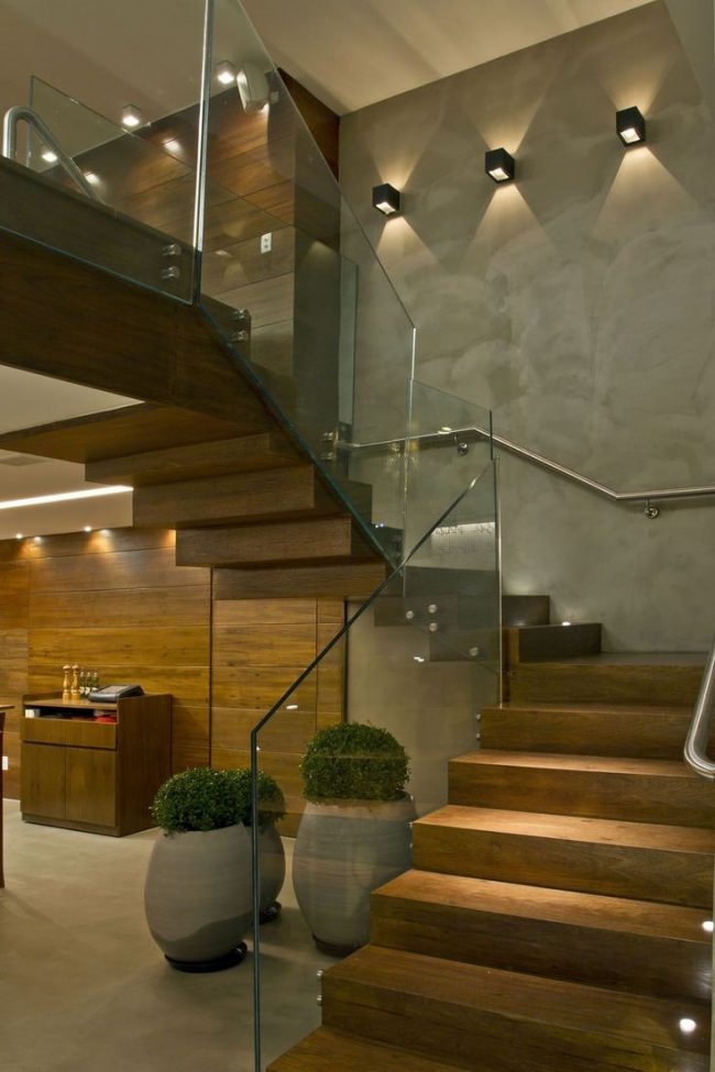 Обои под бетон отлично сочетаются с элементами интерьера из натурального дерева