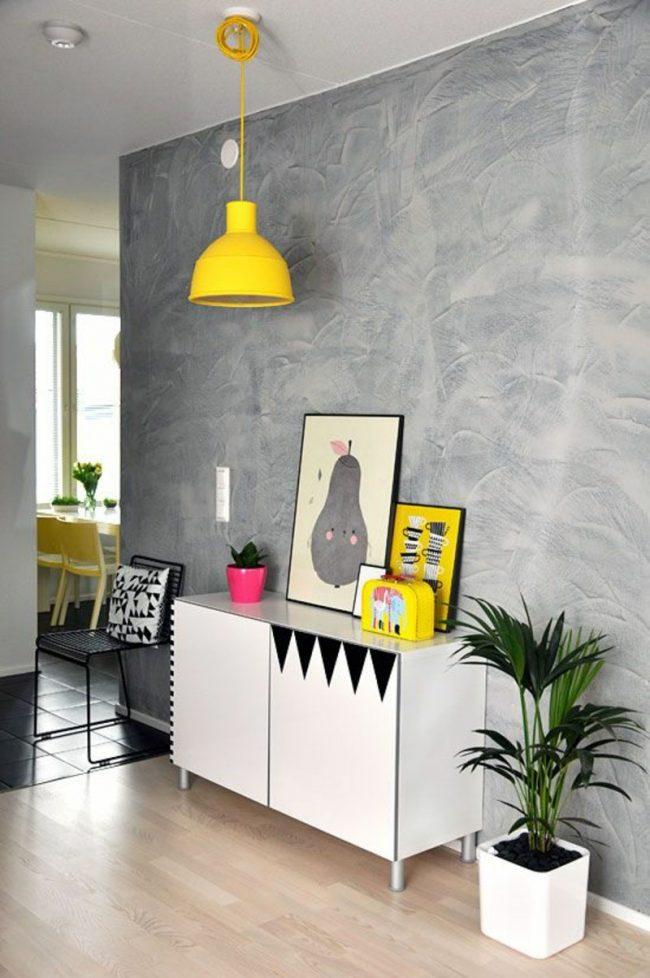 Яркие цветовые акценты отлично дополнят интерьер с обоями под бетон