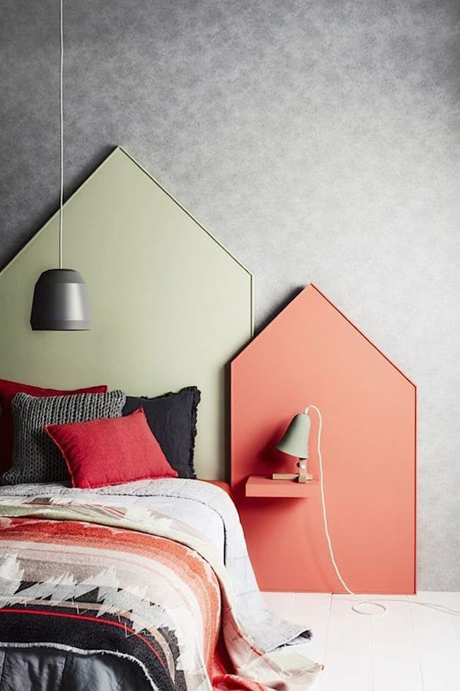 Уютная спальня со множеством разноплановых подушек в широкой цветовой гамме