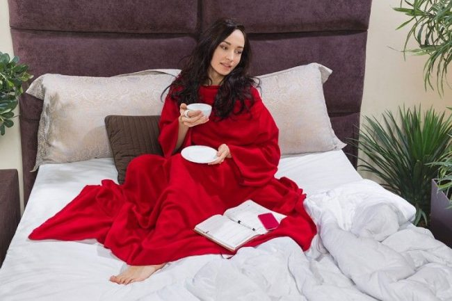 Плед с рукавами позволяет свободно работать дома, не высовывая руки из-под одеяла