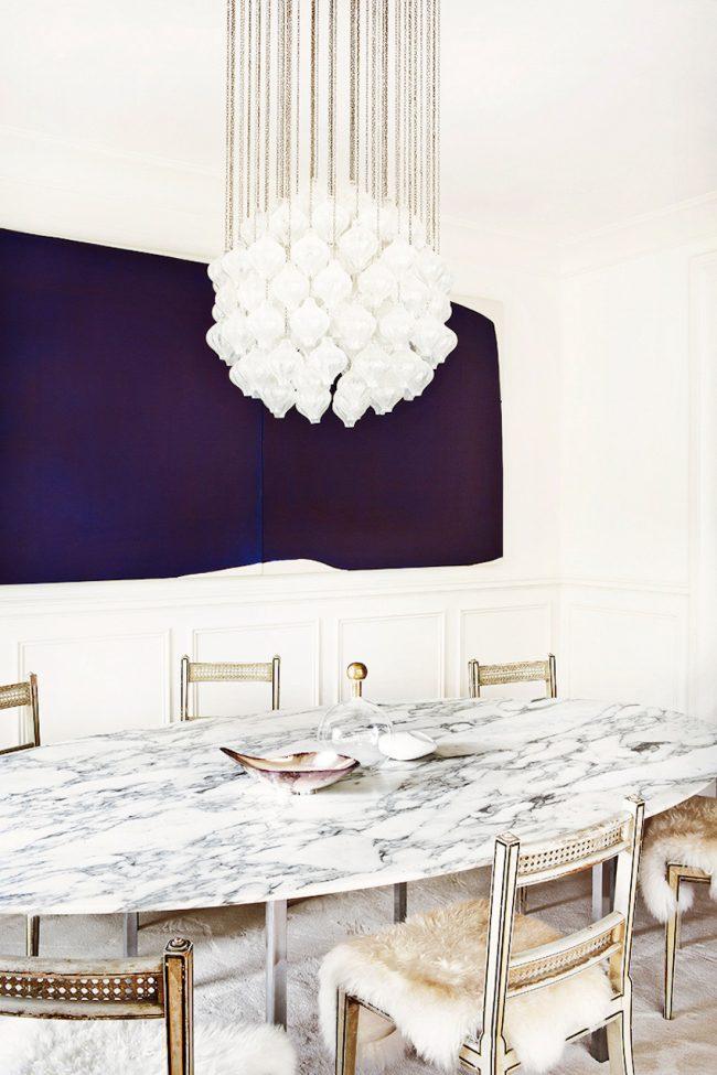 Очень насыщенные сиреневые, невероятно глубокого, цвета обои в обеденной зоне белоснежной кухни-студии