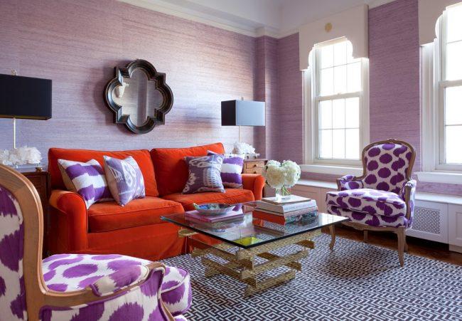 Очень милая гостиная с обоями сиреневого цвета в светлых тонах
