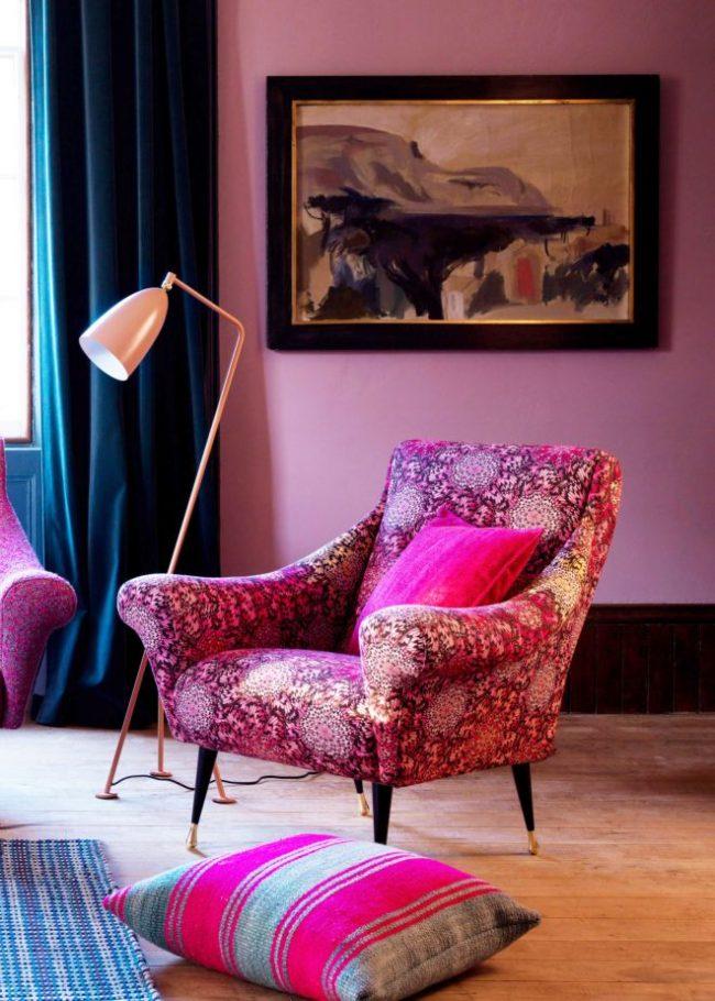 Светлые сиреневые обои достаточно лаконично сочетаются с яркими розовыми оттенками в интерьере