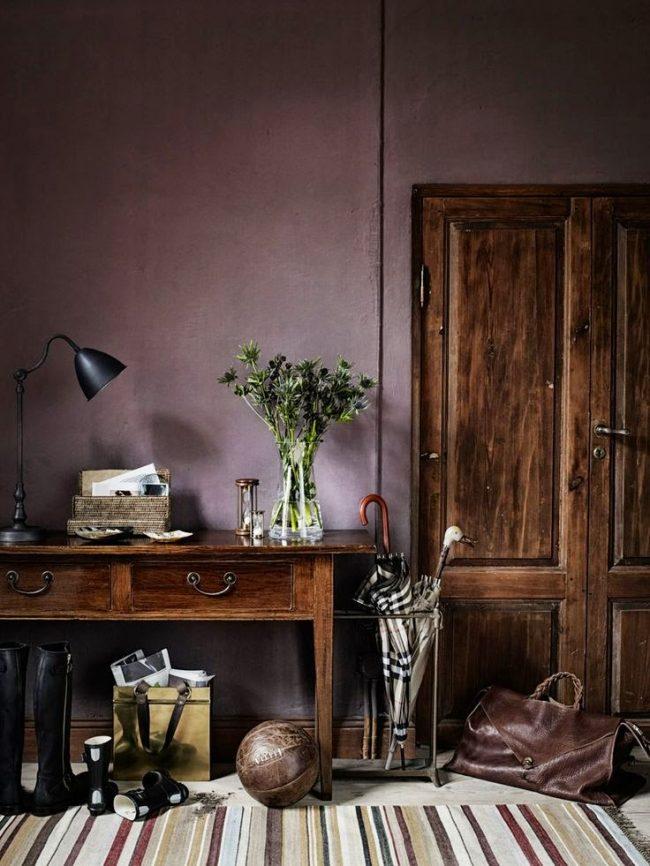 Очень уютный коридор в загородном доме. Сиреневые обои отлично сочетаются с мебелью из натураного массива
