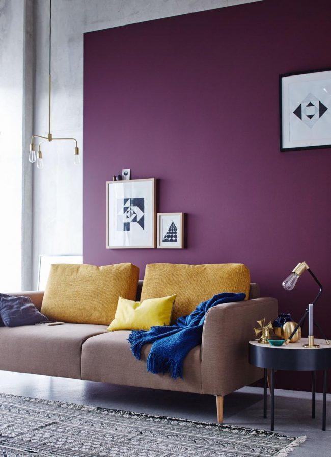 Насыщенный сиреневый в интерьере гостиной, использован для выделения зоны отдыха