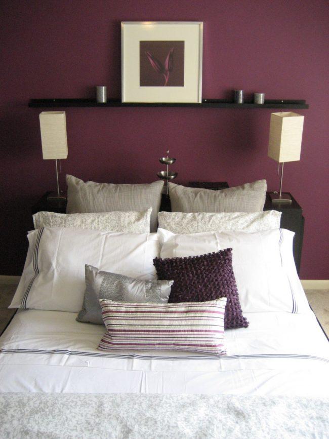 Сиреневые обои теплого оттенка в уютной спальне