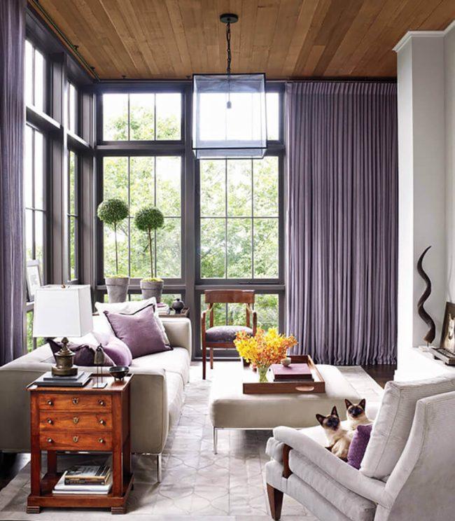 Светлая гостиная в частном доме с легкими сиреневыми шторами