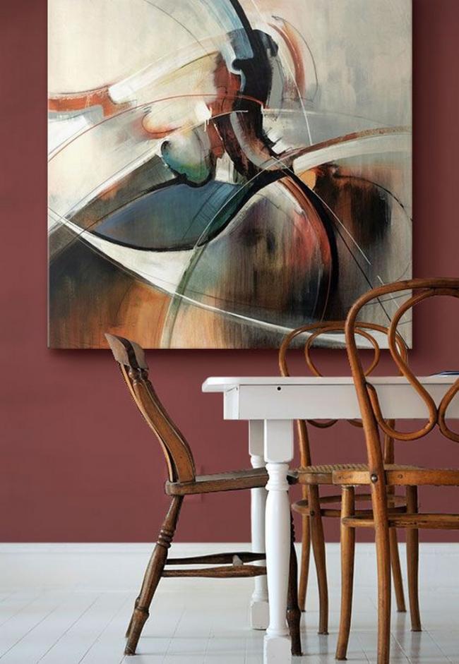 Теплые сиреневые обои в столовой, отлично сочетаются с белыми и деревянными элементами интерьера
