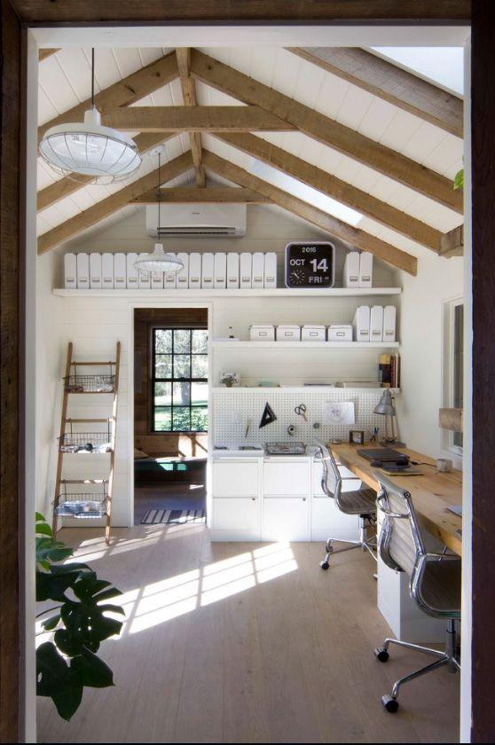 Балки на потолке - элемент декора в интерьере кабинета в скандинавском стиле