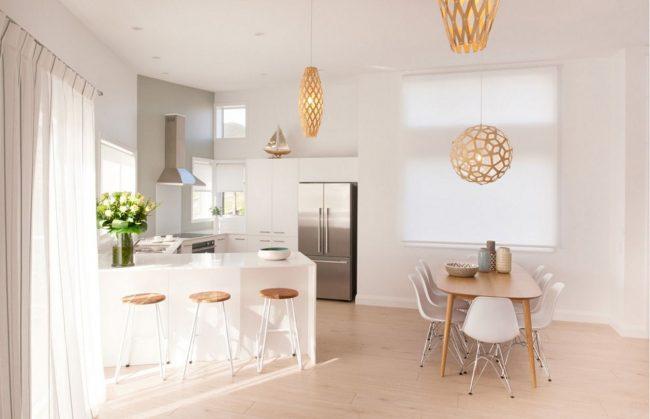 Добавить изюминку в интерьер кухни можно при помощи светильников золотистого цвета или кремовых штор