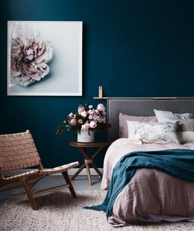 Отделка стен в спальне роскошным цветом морской волны