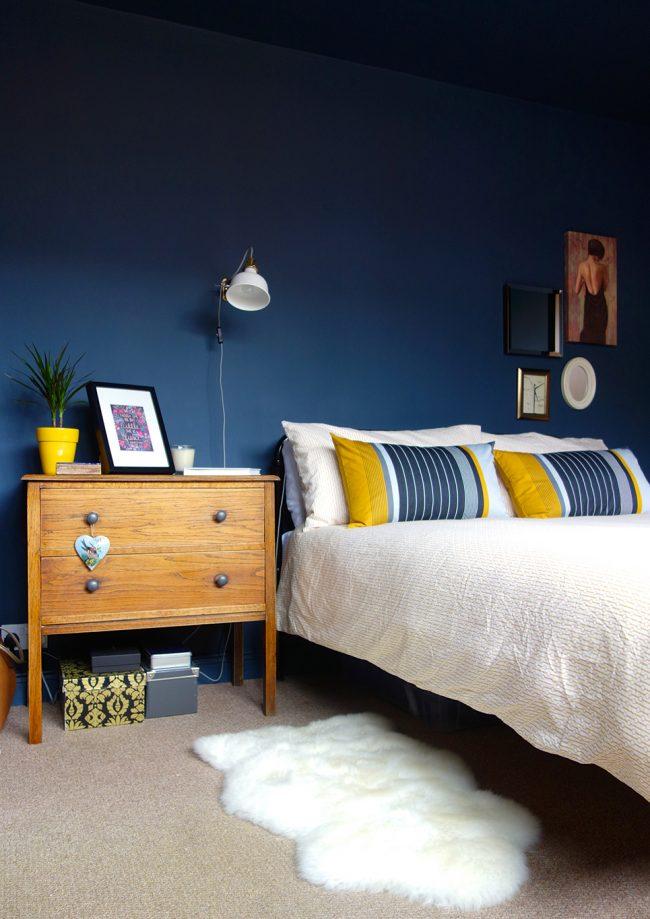 Яркие желтые элементы создадут особую атмосферу в комнате