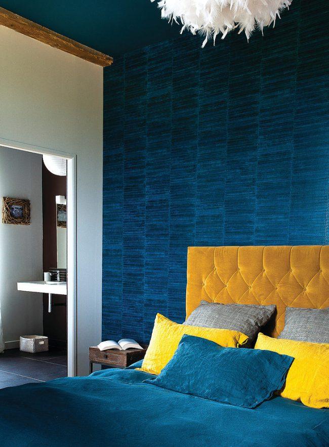 Сочное и необыкновенное сочетание бархатных элементов декора спальни