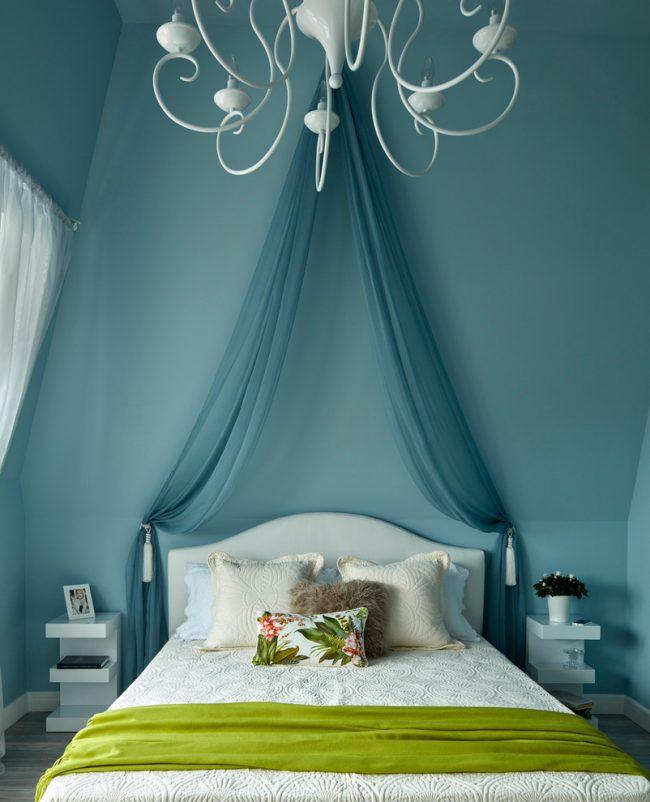 Зеленый текстиль оживит холодный бело-синий интерьер спальни