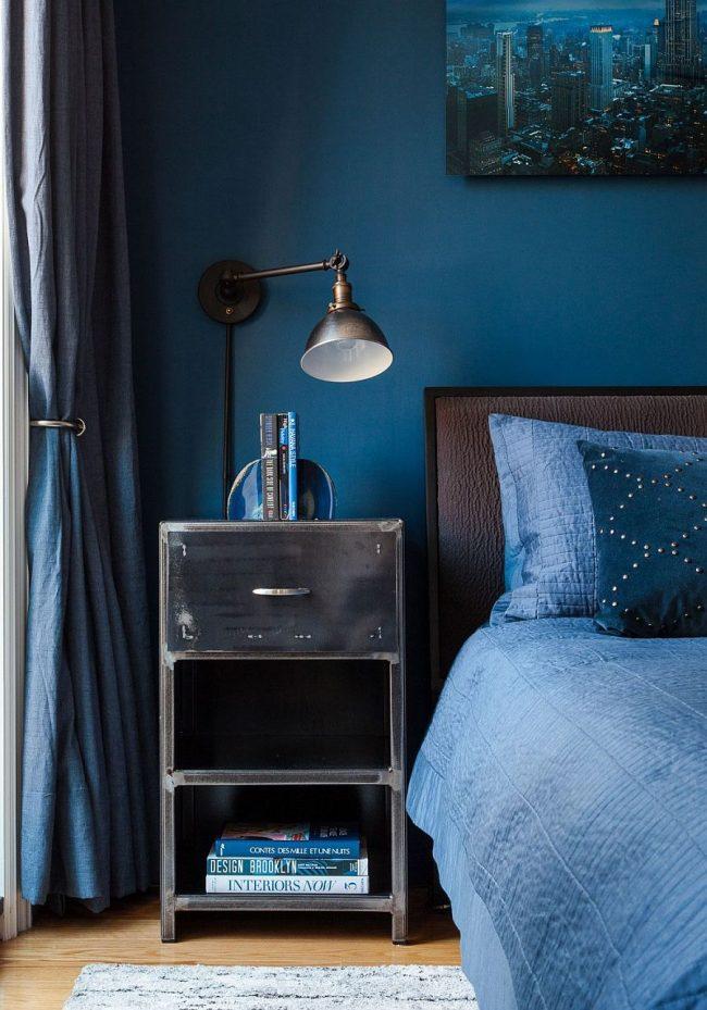 Интерьер спальни в синем, разбавленный мебелью коричневых оттенков