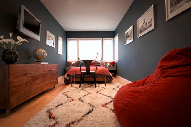 В темной спальне прекрасно смотрится яркая красная мебель