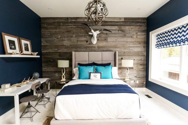 Стильное сочетание темно-синего оттенка с деревом в отделке стен