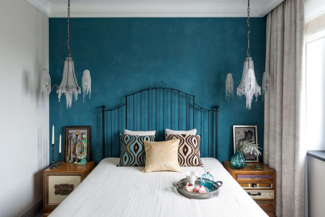 Интерьер в стиле шебби шик с контрастной отделкой стен