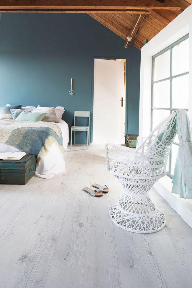 Мягкий синий тон в светлой панорамной спальне