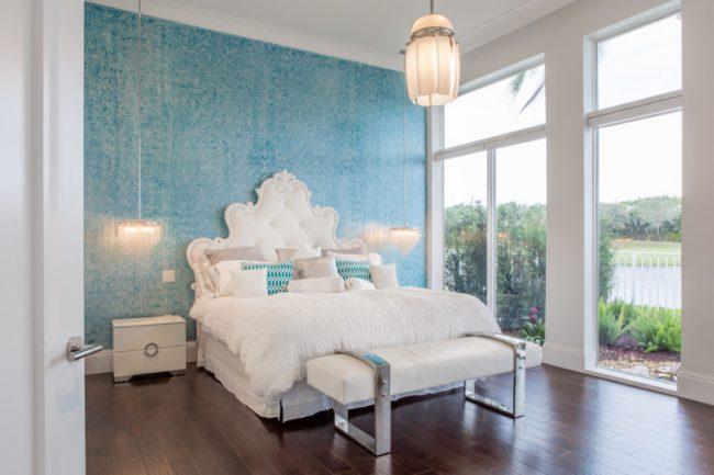 Белоснежная комната с выделенной нежно-голубой стеной