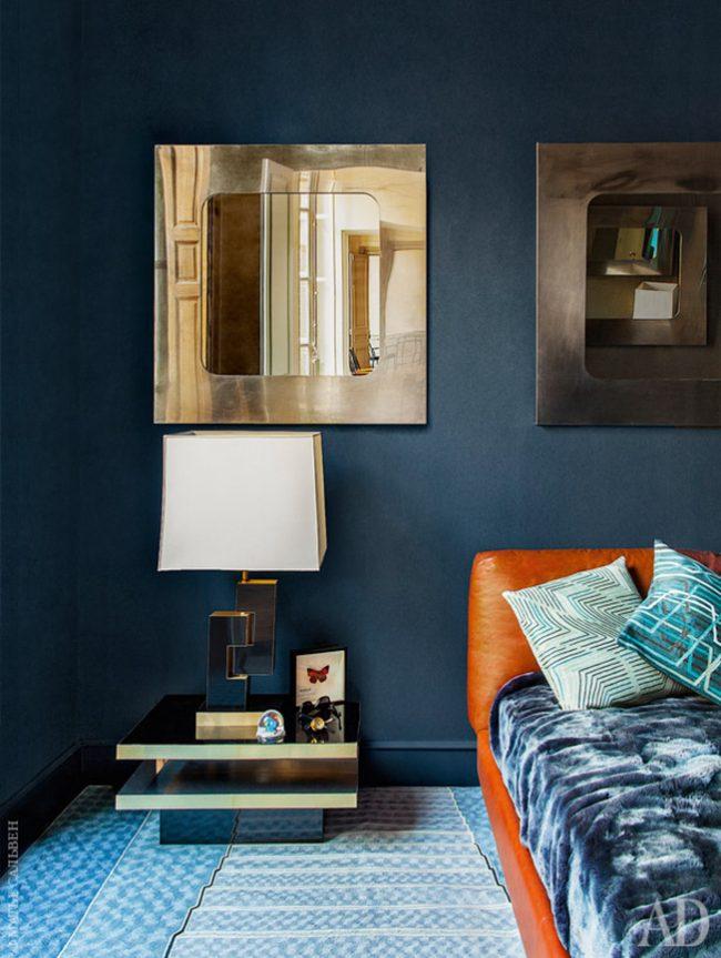 Зеркала в золотой оправе в сочетании с синими стенами придают комнате роскошный вид