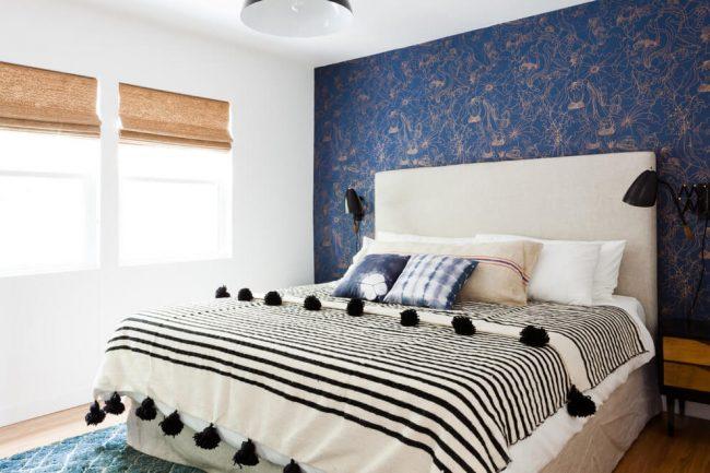 Легкий и воздушный этно стиль в классическом бело-синем интерьере